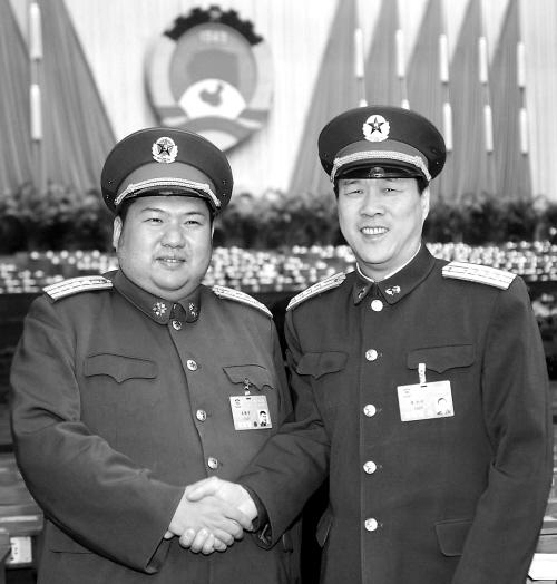 这是毛新宇委员(左),朱和平委员在北京人民大会堂握手.
