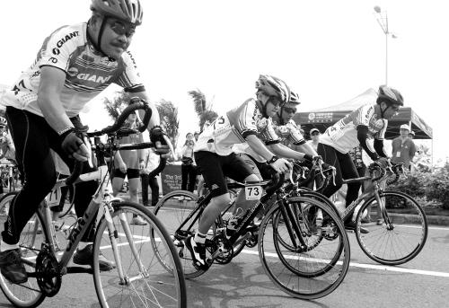省运会自行车赛在海口市西海岸开赛