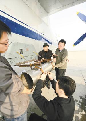 在飞机上安装碘化银焰条播撒装置