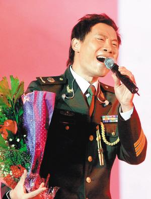 海南籍歌手汤子星在演唱.(资料图片) 本报记者 陈德雄 摄