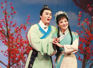 张辉(左)在黄梅戏《天仙配》中