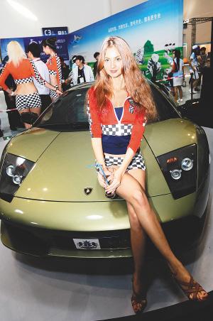 11月11日,在体博会c厅展区内,外籍车模与世界名车兰博基尼高清图片