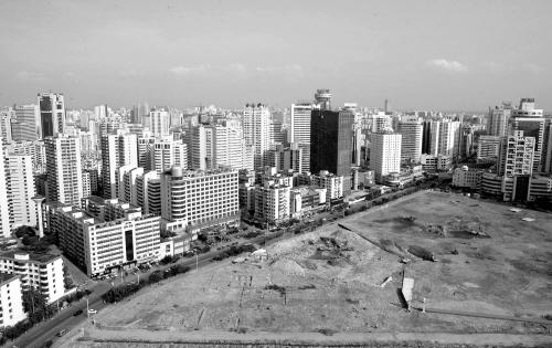 ← 4月19日,拆迁后的海口国贸原玉沙村用地.