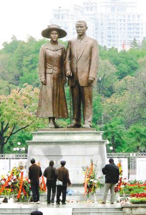 由武汉市园林雕塑院制作的这座孙中山与宋庆龄铜像高7.