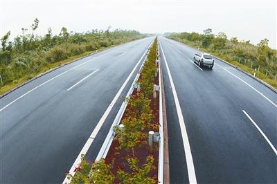本报记者 张杰 摄; 海屯高速公路开通 公路建设者摆走你姿势|海南