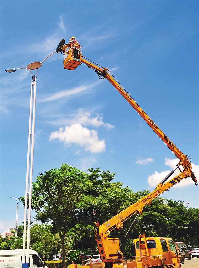 -->  本报海口7月2日讯 (记者单憬岗)夏季用电高峰到来,我省用电形势日益紧张,城市路灯一方面要为市民照亮夜间出行的路,一方面又要节能保供。记者从海口市政工程维修公司了解到,海口市级管养的260条主要道路上的35600多盏路灯,通过更换节能灯具和节电新设备、安装智能化节能监控系统等措施,一年可节约用电达700多万度。   细心的市民如果晚上开车行驶在海口的一些城市道路上会发现,很多道路的路灯都是每2盏灯只亮1盏,虽然路面暗了一些,但基本不影响车辆行驶和行人行走。据了解,这也是海口市市 政路灯管理部门