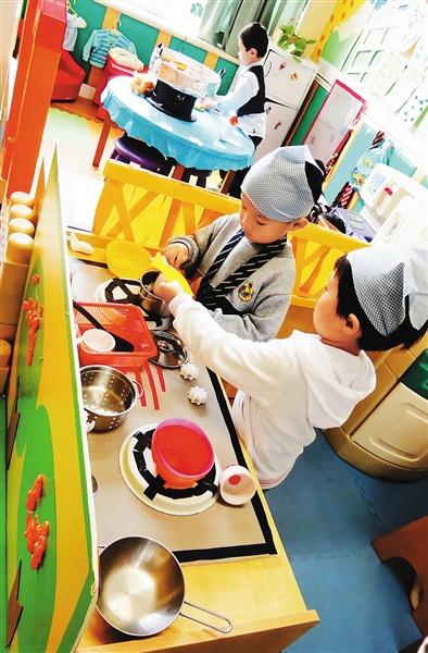 幼儿园一群年龄不同的孩子在表演区进行角色扮演,设计一幕