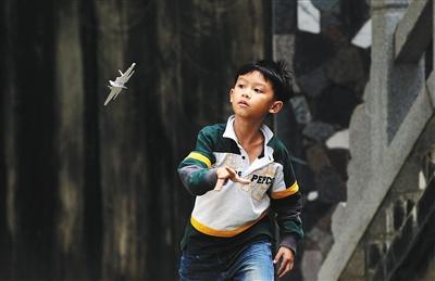 纸飞机制作与飞行活动能够让参与者获得空气动力学的感性体会.图片