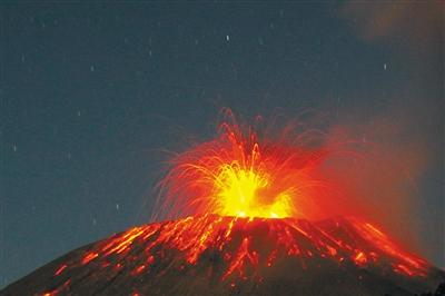 印尼士拉末火山喷发