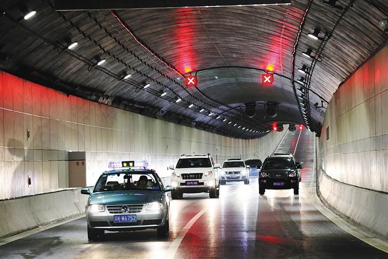 -->  9月19日,目前世界上最大直径的单洞双层公路隧道瘦西湖隧道正式建成通车。隧道通车后,从扬州宋夹城古城遗址到瘦西湖西的行车时间由过去的半个小时缩短为3分钟,极大缓解了旅游风景区的交通压力。  新华社发-->