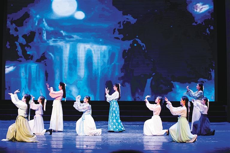 各高校汉服社的同学们穿着汉族周,汉,唐,宋,明各代服装表演了图片