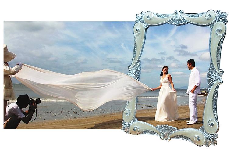 新人在三亚海边拍摄婚纱照.   本报记者 武威 摄