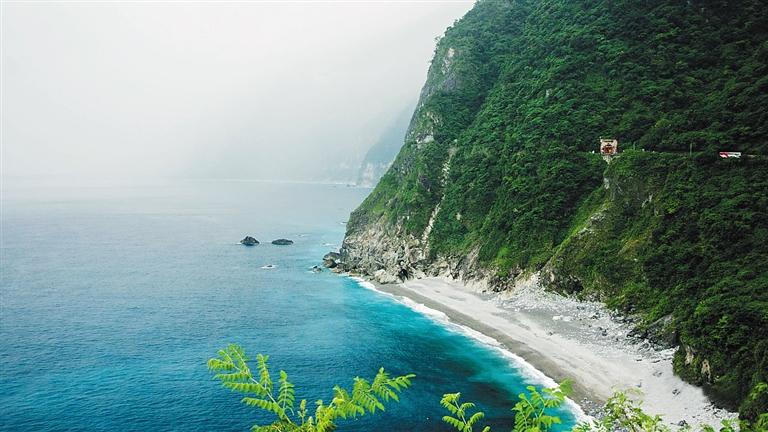 -->   本报记者 符王润   虽然同样是中国的海岛,但对于海南的人们来说,宝岛台湾却依然是个极具吸引力的旅游目的地。随着海口成为开放台湾自由行城市被提上日程,人们已经开始期待能够自由游遍台湾那些最具特色的地方。无论是充满文艺感的小镇,还是自小学就开始憧憬的景点,台湾总有一些你不容错过的美景和感动。   淡水追寻音乐中的小镇   淡水应该是很多文艺青年钟爱的地方,因为淡水曾经出现在郑智化、张清芳、戴佩妮、周传雄等很多台湾流行音乐人的作品中。这个小镇给很多音乐人带来了创作灵感。在这个号称有全台湾最美夕阳