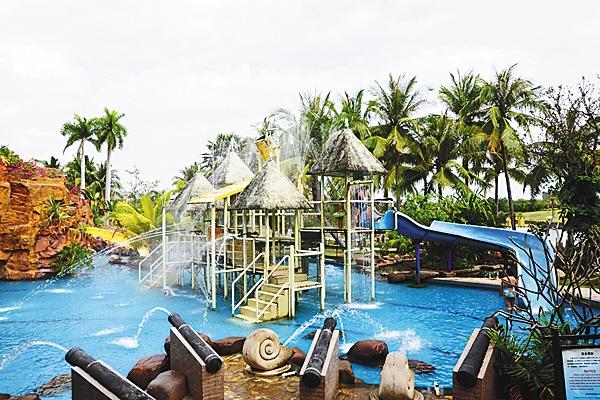 珠江南田温泉度假酒店,以其浓郁的黎苗风情及巴厘岛风格的建筑和