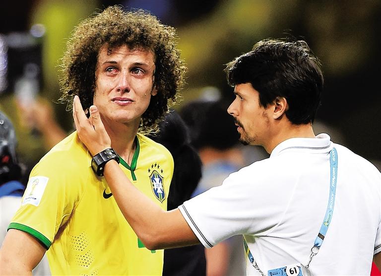 在巴西世界杯半决赛后,巴西队队长大卫·路易斯(左)泪流满面.