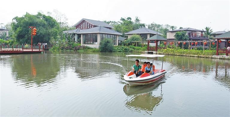 游客在海口琼山区墩插村世外桃源休闲农庄享受划