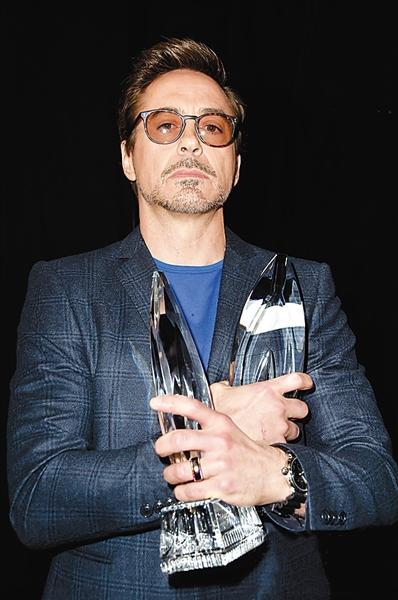 小罗伯特·唐尼怀抱两奖杯图片