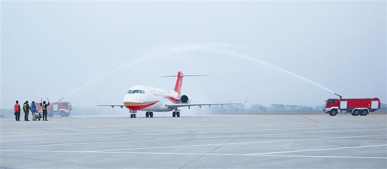 -->  3月16日,江苏南通兴东机场以过水门庆祝ARJ21-700新支线飞机演示飞行成功。  当日,ARJ21-700新支线飞机以南通兴东机场为基地完成首次航线演示飞行。  ARJ21-700飞机是我国按照国际标准研制的具有自主知识产权的中短航程新型涡扇支线飞机。3月16日起,ARJ21-700飞机将以南通兴东机场为基地,选择北京南苑、天津滨海、成都双流等机场进行为期两个月的航线演示飞行。  新华社发-->