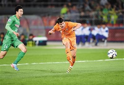 布里斯班狮吼队球员卡鲁德洛维奇(右)射门得分.        新华社发