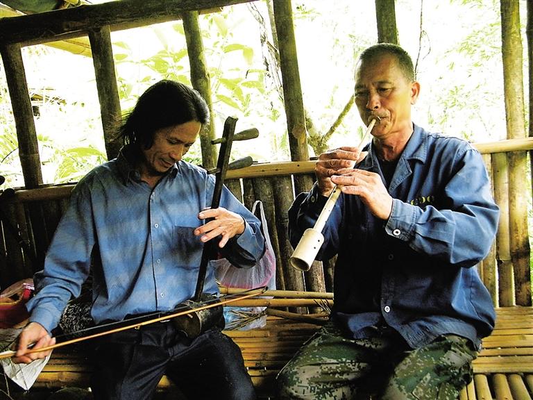 王照灵会弹吉他,拉二胡,吹笛子,黄启芳会吹唎咧,鼻箫,灼吧,音乐是两人