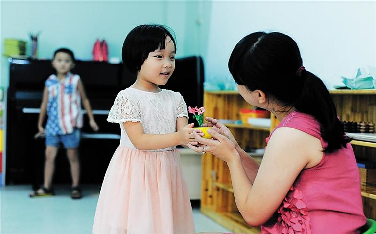 幼儿园小朋友动手做小花送老师