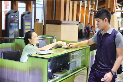 三亚凤凰国际机场,边检员正在检查验放入境台胞.本报记者 张茂 摄