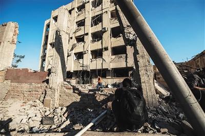 8月20日,在埃及首都开罗北部,一名记者(前)在发生爆炸的安全部...图片 121344 400x266