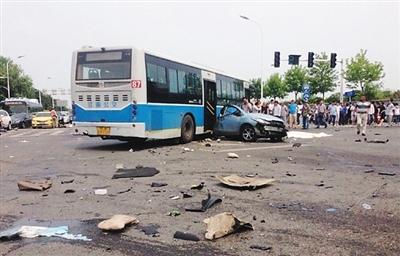 """""""6·20""""宝马撞车案惨烈的车祸现场."""