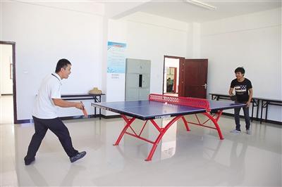 图为三沙赵述岛居民空闲时间在社区综合楼文体室打乒乓球.图片