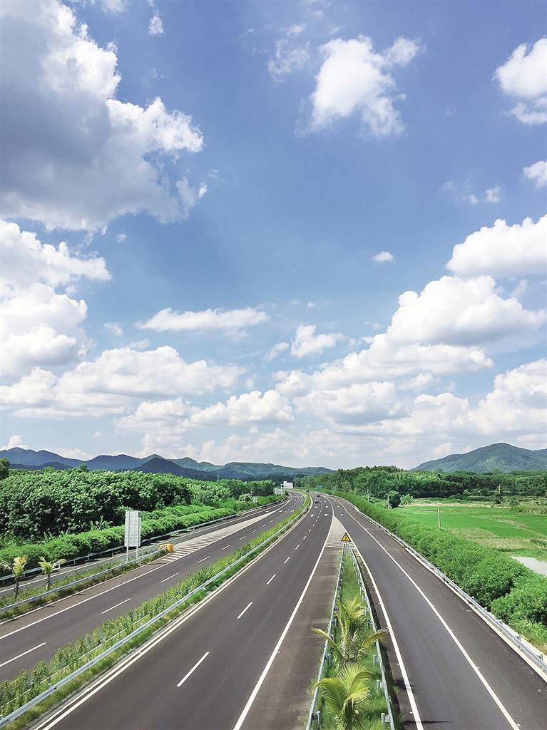 去往琼中的中线高速公路.