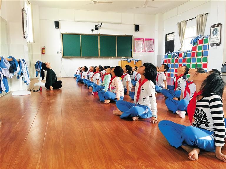 海口市秀英区长流墟小学,小学生在舞蹈音乐室上课.郭景水摄小学6三科图片
