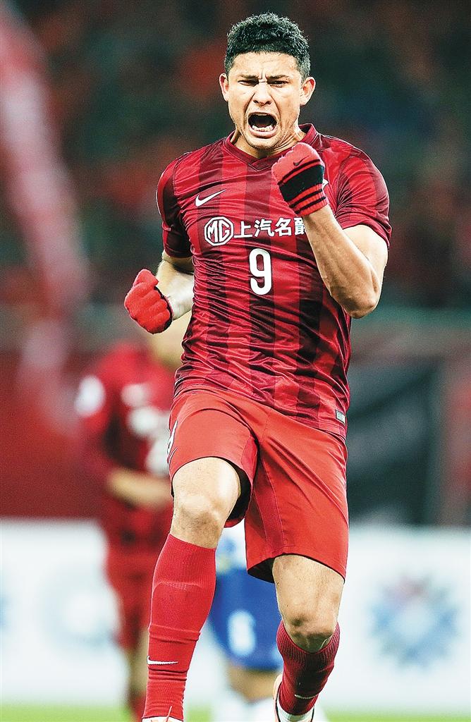上海上港队球员埃尔克森进球后庆祝