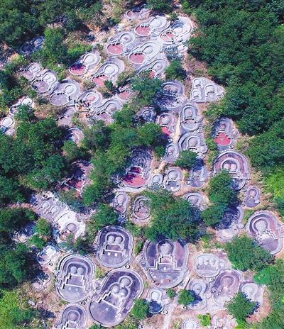 在国家5a级景区——泉州清源山风景名胜区内航拍的密集翻新修建的墓地