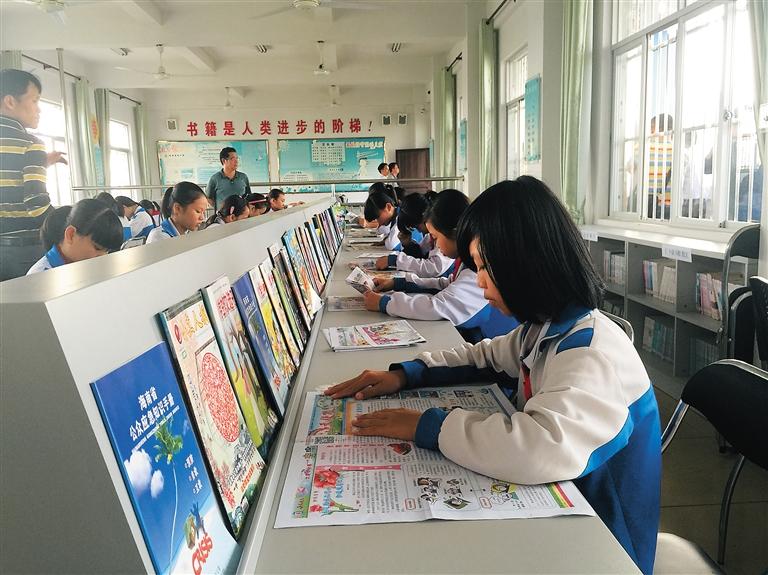 旧州镇中心小学阅览室,学生正在读课外书.