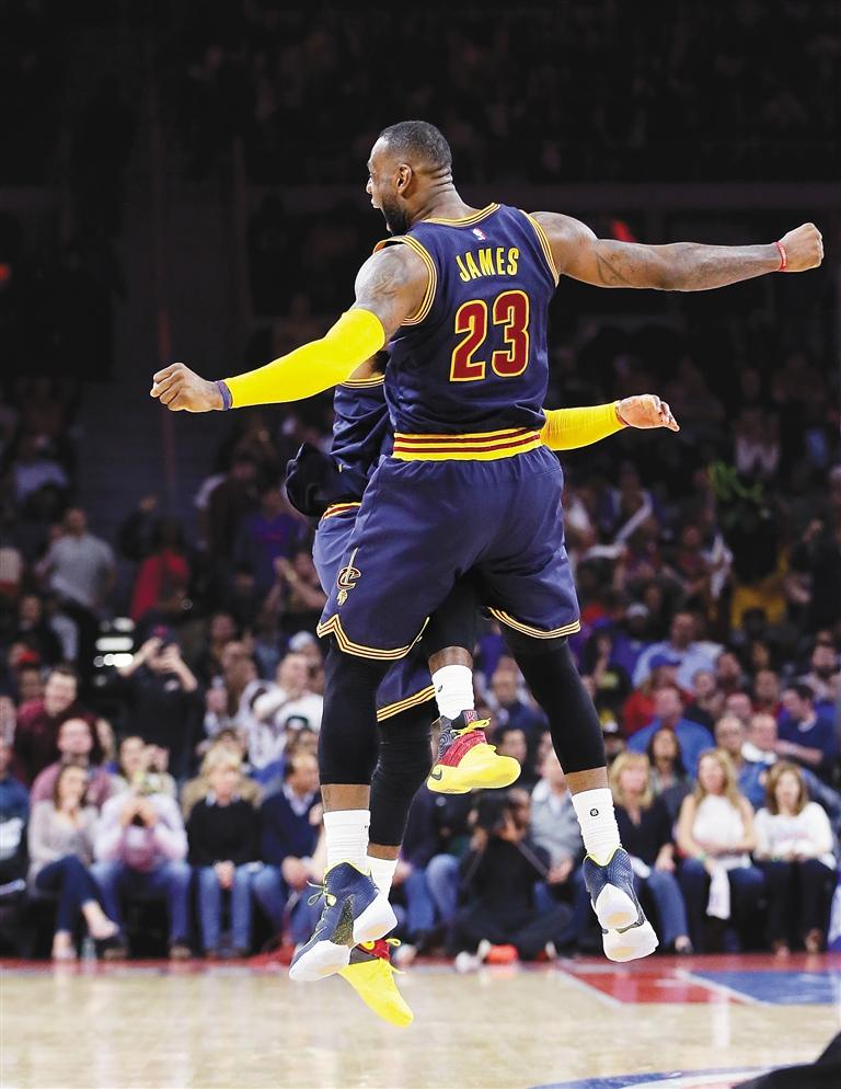 -->  据新华社华盛顿4月24日电 NBA季后赛24日进行了4场较量,克利夫兰骑士队和圣安东尼奥马刺队分别击败底特律活塞队和孟菲斯灰熊队,从而以四战全胜的佳绩横扫对手晋级半决赛。金州勇士队击败休斯敦火箭队,以总比分3:1拿到赛点。波士顿凯尔特人队则通过加时赛击败亚特兰大老鹰队,将总比分扳成2:2平。   在骑士100:98击败活塞队的比赛中,欧文成为骑士队取胜的关键,下半场拿到20分的他全场拿下31分,与拿到两双的詹姆斯和勒夫一起带领骑士完成四连胜。詹姆斯得到22分和11个篮板球,勒夫拿到11分和13