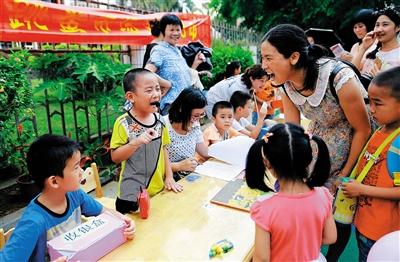 幼儿园义卖图书献爱心