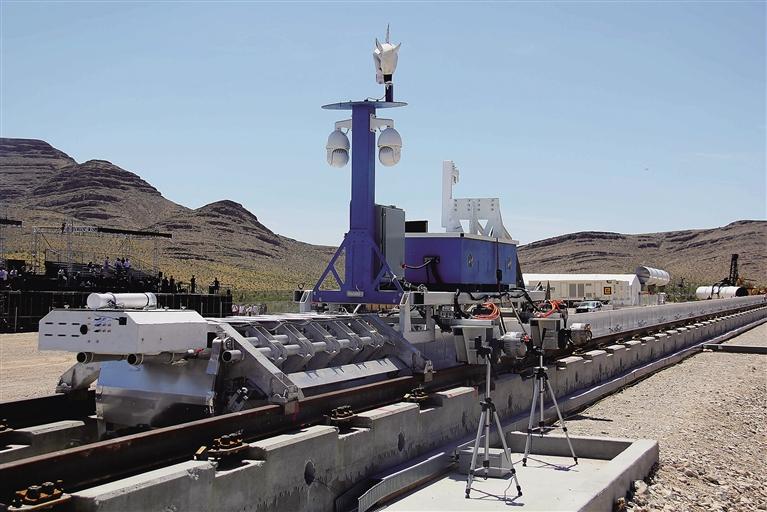 -->  2014年,西南交通大学搭建了全球首个真空管道超高速磁悬浮列车原型试验平台。列车运行时,管道内的大气压相当于外界的十分之一。研究人员希望通过建造低压环境,减少空气对磁悬浮列车的阻力。在理想状态下,列车在低压管道中最终能实现时速大于1000公里的行驶,并且能耗低,无噪声污染。这与超回路1号公司所采用的运输系统核心技术原理是一致的。   据新华社北京5月12日电 (记者彭茜)速度一直是人类在发展轨道交通时的不懈追求。美国超回路1号公司的测试原型车在内华达州的荒漠如离弦之箭般沿轨道驶出,一