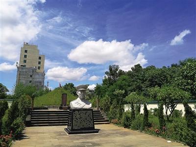 儋州市白马井镇潘江汉纪念园内的潘江汉塑像.