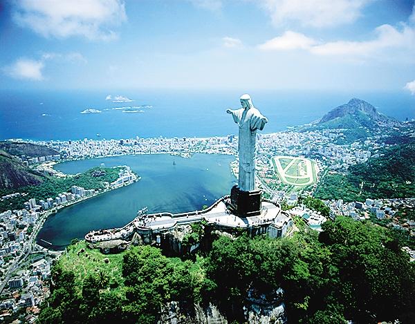 -->  巴西里约奥运会即将拉开大幕,说起巴西,你会想起什么,热情的桑巴舞,《里约大冒险》里的热带丛林,还是巴西烤肉?如果去看奥运会,巴西又还有哪些美景不能错过呢?   里约热内卢基督像   里约热内卢基督像落成于1931年,总高38米,体积庞大,有1145吨重,左右手的指间距达到了23米。雕像中的耶稣基督身着长袍,双臂平举,深情地俯瞰山下里约热内卢市的美丽全景。耶稣像面向着碧波荡漾的大西洋,张开着的双臂从远处望去,就像一个巨大的十字架,显得庄重、威严。无论白天还是夜晚,从市内的大部分地区都能看到基督像