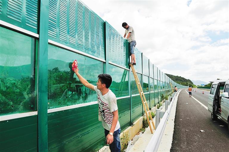 8月16日上午,几名施工人员正在海南环岛高速公路东线兴隆镇乌石村