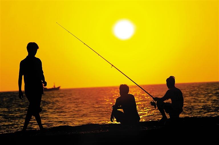 文昌:登高守得云开见日出   如果说海边的日落对于岛民来说显得