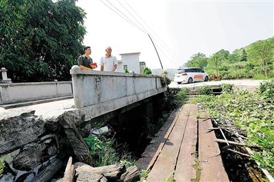湖南宜章县白石渡镇白石渡村,当年的红军行军桥(右)和新建的