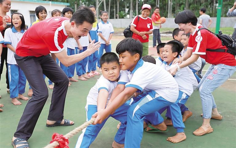 海南日报数字报-看新书玩游戏 br>乡村孩子乐开花