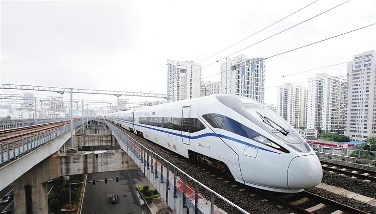 新型动车组驶入海口东站
