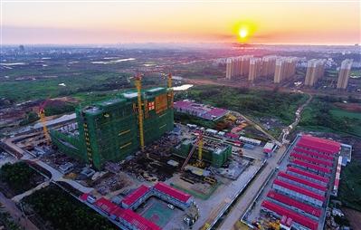 11月27日,在海口市长滨路西侧的海南省儿童医院新建项目,刚封顶的