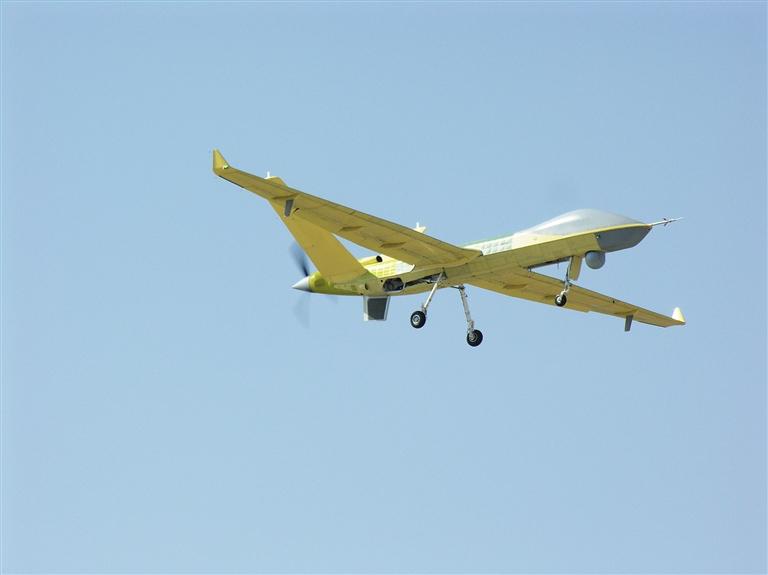 -->  2月27日,中国航空工业自主研制的新型长航时侦察打击一体型多用途无人机系统翼龙无人机(见上图,新华社发)成功首飞。牢牢自主掌握航空装备的关键技术,中国进入全球大型察打型无人机一流水平。   中国首款装配   涡轮螺旋桨发动机的无人机   中国航空工业集团成都飞机设计研究所副总设计师、翼龙系列无人机总设计师李屹东说,此举也标志着中国具备向海外市场交付新一代察打一体无人机航空外贸产品的能力,在全球航空装备外贸中的竞争力升级。翼龙也是中国首款装配涡轮螺旋桨发动机的无人机。他透露,基于中国翼龙系