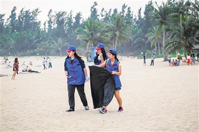 4月20日,志愿者在龙楼镇沙滩捡垃圾.      本报记者 袁琛 摄