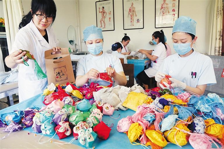 端午节前夕,河北省沧州中西医结合医院制作含有冰片,石菖蒲,薄荷等18