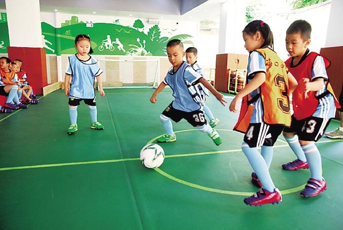 足球,篮球运动等已经成为海口市中心幼儿园的特色课程,孩子们个个