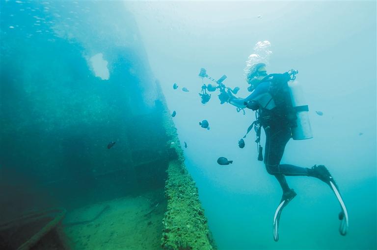 来自外地的专业潜水摄影师在分界洲岛附近海域拍摄海底沉船.
